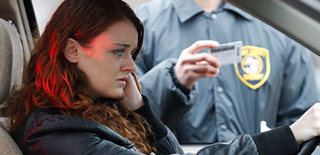Policia verificando a carteira de motorista